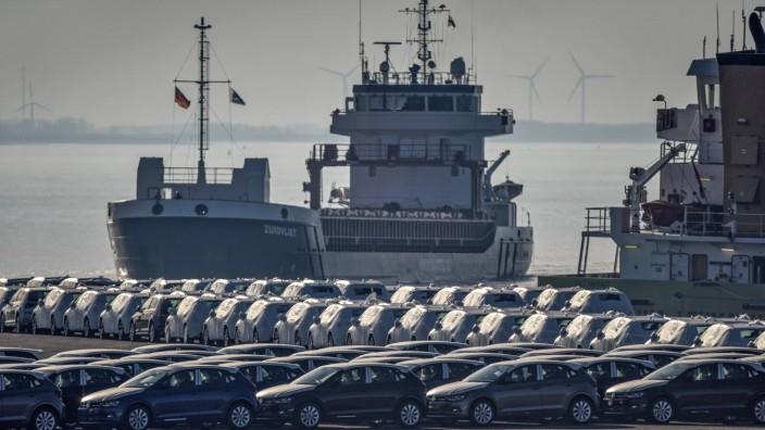 Im Seaport Emden in Niedersachsen / Deutschland stehen Automobile Der Marken Volkswagen und Audi bereit zur Verschiffun