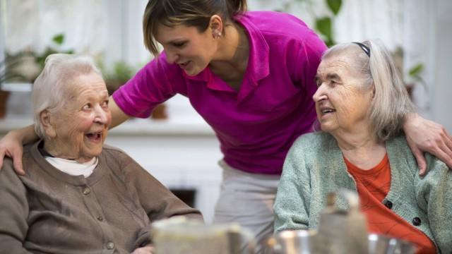 Zwei ältere Frauen 78 Jahre und 88 Jahre und Pflegeschwester 31 Freizeitbeschäftigung im Altersh