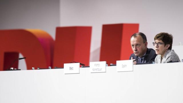Jens Spahn R Bundesgesundheitsminister und Kandidat fuer den CDU Parteivorsitz Annegret Kramp Ka