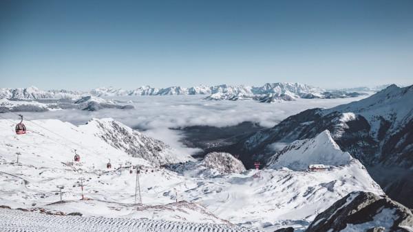 Kaprun THEMENBILD - frischer Schnee im Gletscherskigebiet Kitzsteinhorn. Verschneite Bergspitzen der umliegenden Berge r