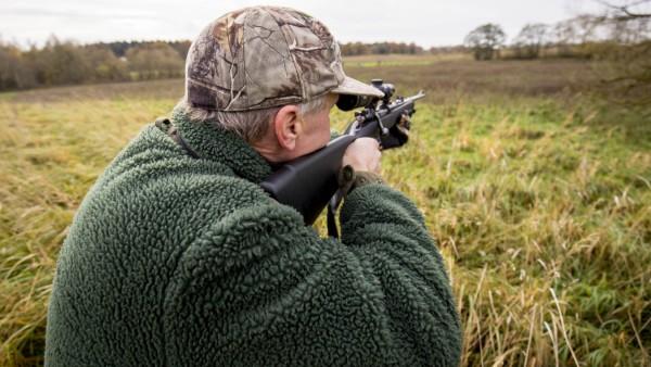 Ein Jaeger zielt mit einem Gewehr Ein Jaeger bei der Jagd Themenbild Symbolbild 12 11 17 Luebeck