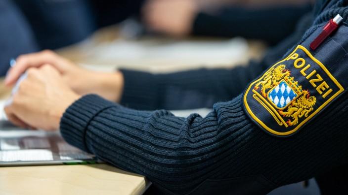 Polizeischüler verfolgen im Rahmen ihrer Ausbildung am Ausbildungsstandort der Bereitschaftspolizei III. Abteilung Würzburg einen Unterricht.