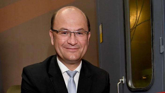 Finanzminister Albert Füracker im Bayerischen Hauptmünzamt.