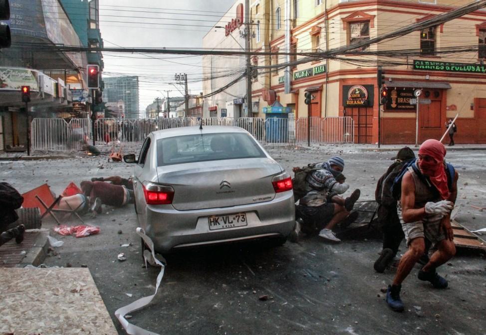 Durchgedreht: Ein Auto fährt im chilenischen Antofagasta in eine Gruppe regierungskritischer Demonstranten.