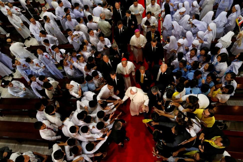 Himmlische Perspektive: Papst Franziskus begrüßt bei seiner Ankunft in der Peterskirche im thailändischen Sam Phram die Gläubigen.