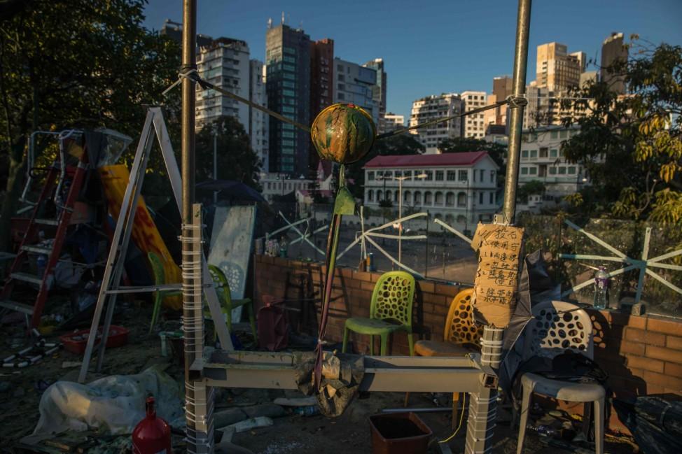 Überbleibsel: Auf einem Gebäude der Polytechnischen Universität in Hong Kong haben Demonstranten ein improvisiertes Katapult zurückgelassen.