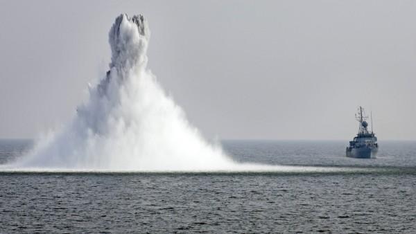 Seeminensprengung im Hintergrund das Minenjagtboot MiJ Boot Kl 333 Kulmbach des 3 Minensuchges