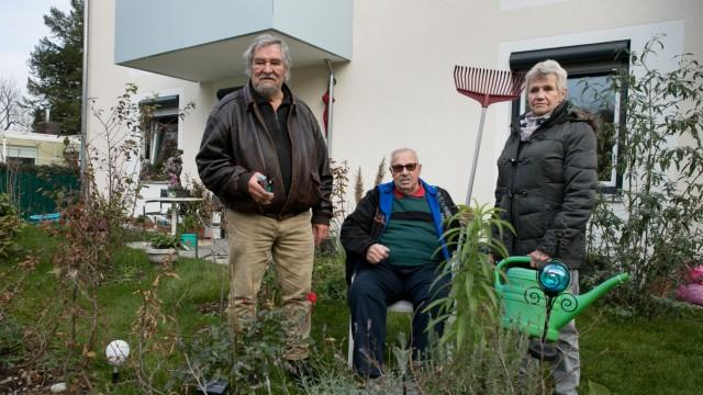 Garten Planegg, Joseph-Beyerl-Str. 8. Anwohner haben in Eigeninitiative ihre Gärten bepflanzt und sollen jetzt bis 30.11. alles rausreißen, u.a. mit der Begründung, dass die Pflanze nicht heimisch seien.