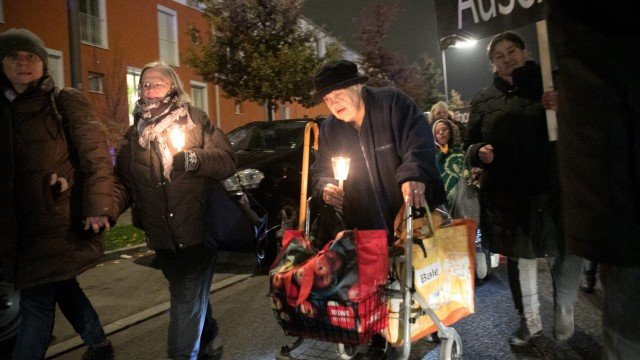 Gegen Rassismus und Antisemitismus: Gedenken an die erste Deportation der Münchner Juden. Die Teilnehmer marschieren von St. Gertrud, Weyprechtstrraße 75, zum Standort das ehemaligen Zwischenlagers für jüdische Mitbürger, die zur Deportation anstande