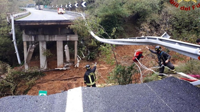 Autobahnbrücke nach Unwettern in Italien eingestürzt