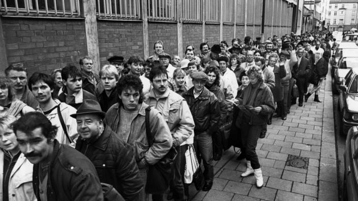 DDR-Bürger warten auf Begrüßungsgeld, 1989