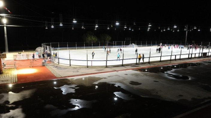 Normalerweise sind die Freizeit-Eislaufer im Eislaufzentrum Ost im Rondell um das Innenfeld unterwegs. Doch jetzt ist das Rondell eine einzige Pfütze, die Freizeitfahrer müssen auf das Innenfeld ausweichen.