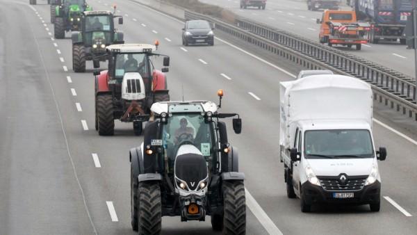 Traktoren auf der Autobahn: Fahrt zur Bauern-Demonstration in Berlin 2019