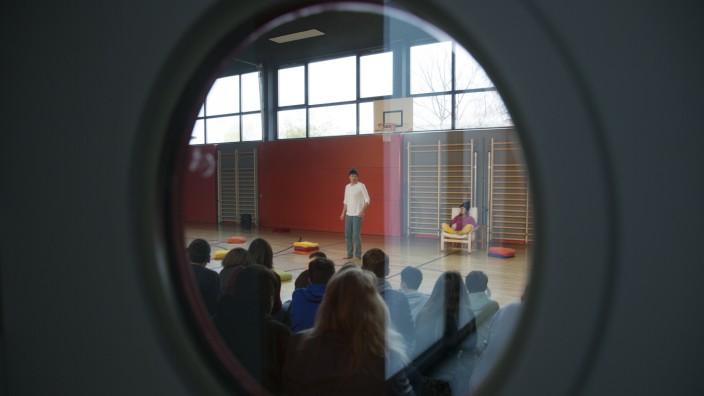 Mittelschule Nord Kinder- und Jugendtheater EUKITEA mit dem Präventionsprojekt âÄžAm Rande des RegenbogensâÄœ