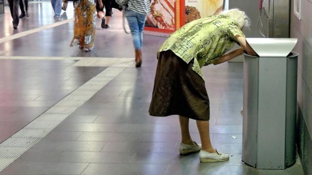 Eine alte Frau sammelt Flaschen aus Abfalleimern im Hauptbahnhof in Muelheim an der Ruhr Foto vom 3