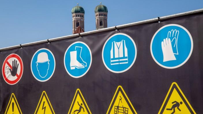 Warnhinweise vor einer Baustelle