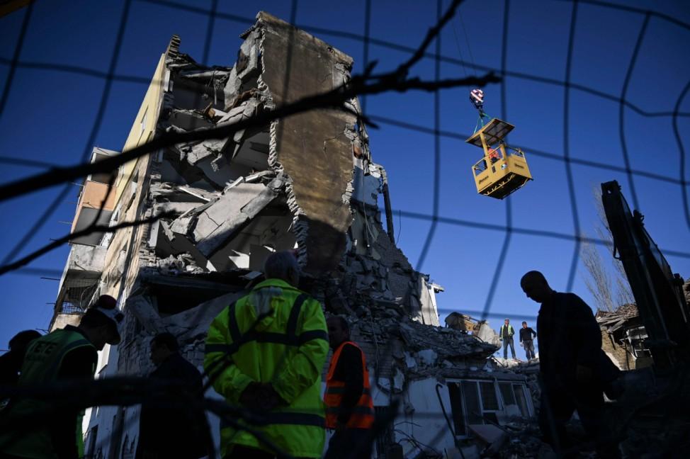 Wie aus Pappe: Rettungshelfer entfernen die Trümmer eines zerstörten Hauses nach einem Erdbeben im albanischen Thumane.
