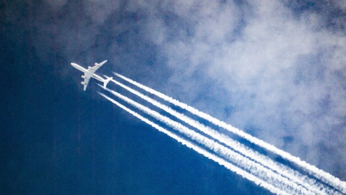 Klimaschutz: Flugzeug hinterlässt Kondensstreifen am Himmel