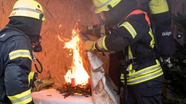 Feuerwehr zeigt Gefahren zu Weihnachten und Silvester