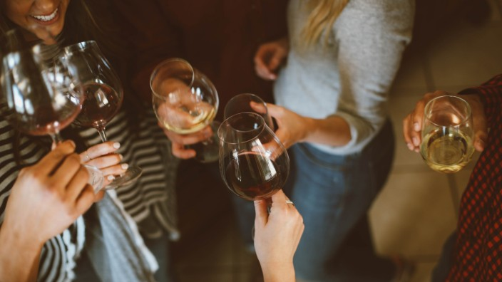 Alkohol: Alkohol kann ein großer Genuss sein. Aber vielen Menschen gelingt es nicht, einen gesunden Umgang damit zu pflegen.