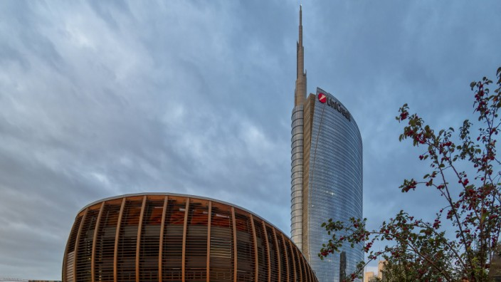 Italy Milan Porta Nuova Pavillion and Unicredit Tower at sunrise PUBLICATIONxINxGERxSUIxAUTxHUNxO