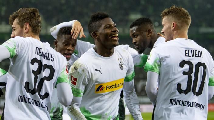 Spieler von Borussia Mönchengladbach feiern ein Tor gegen den SC Freiburg