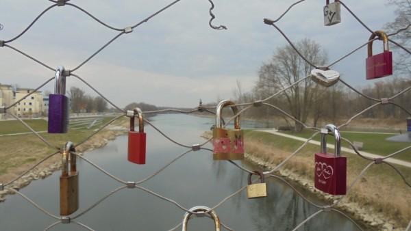 Liebesschlösser beschädigen Brücke in Rosenheim.