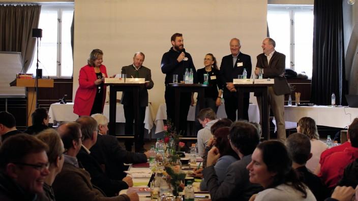 Jugendbefragung 2019: Moderiert von Sarah Trausch und Daniel Gögelein vom KJR (Bildmitte) diskutieren Annette Gannsmüller-Maluche und Otto Bußjäger (von links) sowie Christoph Göbel und Christoph Nadler (von rechts).