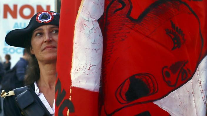 Generalstreik: Napoleon-Zweispitz und rotgefärbte Marianne: Protest gehört in Frankreich zum Selbstverständnis.