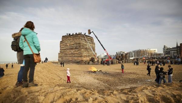 Vorbereitungen für riesiges Silvester Freudenfeuer in Scheveningen Niederlande The Netherlands Sch