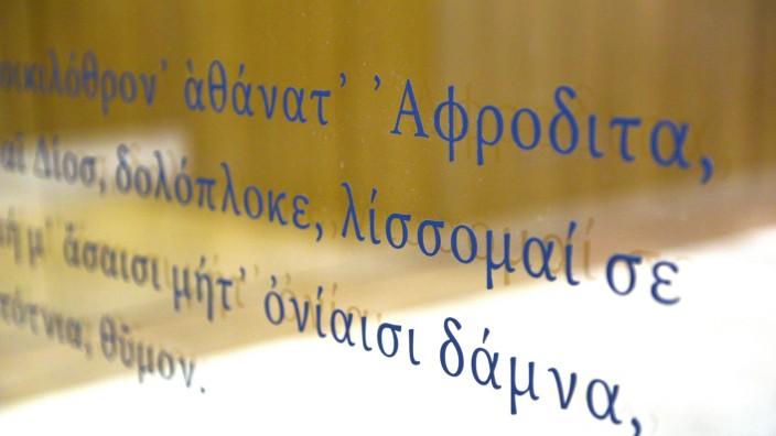 Eine Glaswand im Philologicum voller griechischer Zitate. Einige davon sind fehlerhaft.