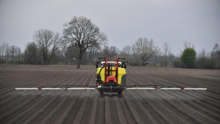 Ein Landwirt bringt das Pflanzenschutzmittel Glyphosat auf einem Feld aus spritzen Spritzmittel Unkr