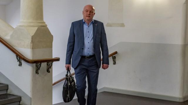 Regensburgs suspendierter Oberbürgermeister Joachim Wolbergs auf dem Weg zum Gerichtssaal.