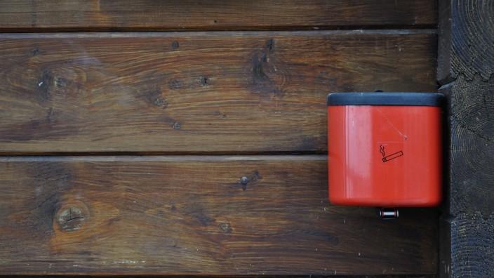 Germany Bavaria Red ashtray on wooden wall PUBLICATIONxINxGERxSUIxAUTxHUNxONLY AXF000436