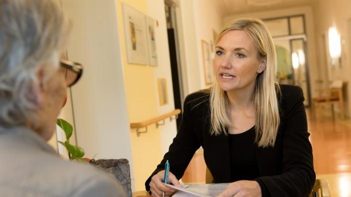 Betreuungsrichterin Verena Kikut im Gespräch mit einer betreuten Dame im Münchenstift-Altersheim, Dom-Pedro-Platz 6.