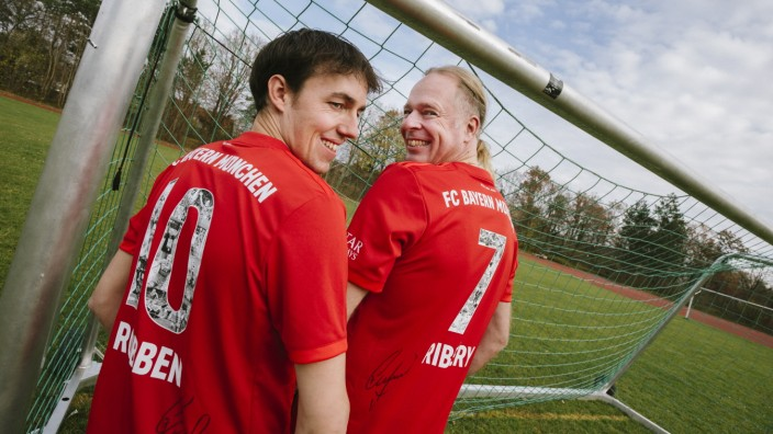 Neubiberg, Gymnasium, Die Lehrer v.li. Peter Müller und Rasso Leicher und  haben eine FC-Bayern-Hymne komponiert und sind damit im Internet erfolgreich,