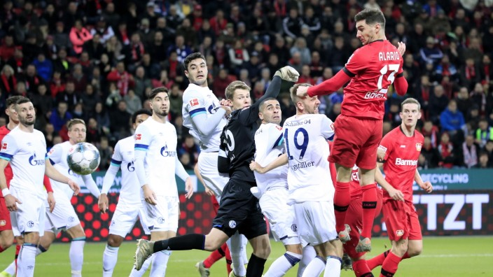 ALARIO Lucas Team Bayer 04 Leverkusen Tor zum 1 : 0 gegen Torwart NUEBEL Alexander DFL Fussball Bundesliga Saison 2019-2