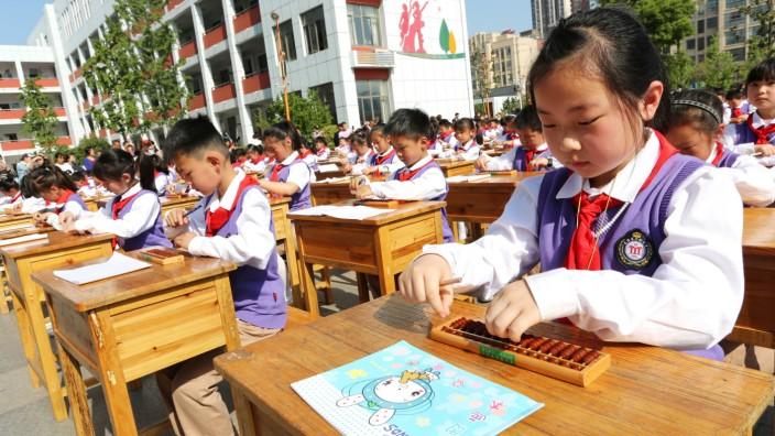 Chinesische Schüler üben Rechnen
