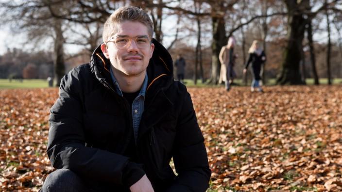 Simon Ollert. Er ist gehörlos und gründet gerade den ersten Fußballverein nur für Gehörlose. Fotografiert im Englischen Garten.