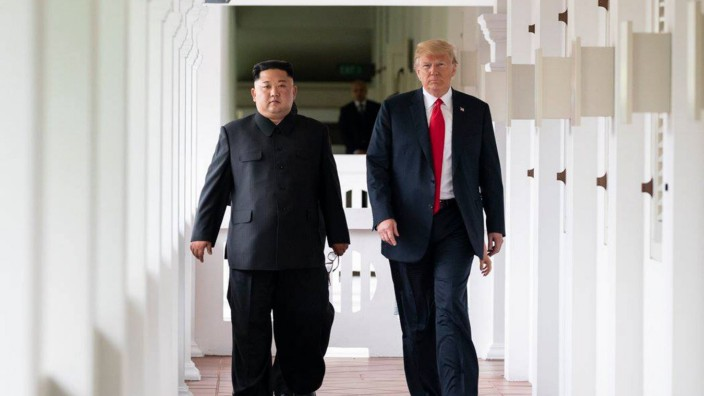 News Bilder des Tages U S President Donald Trump meets with North Korean leader Kim Jong Un on June