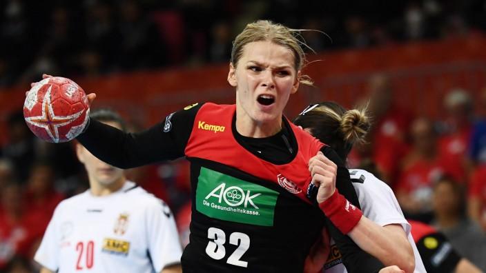 Handball-EM: Volle Konzentration auf den Beruf: Shenia Minevskaja, Rückraumspielerin im deutschen Handball-Nationalteam, ist bei Ramnicu Valcea in Rumänien beschäftigt, unter Profibedingungen.