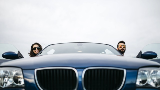 Young couple taking the heads of their car model released Symbolfoto PUBLICATIONxINxGERxSUIxAUTxHUNx