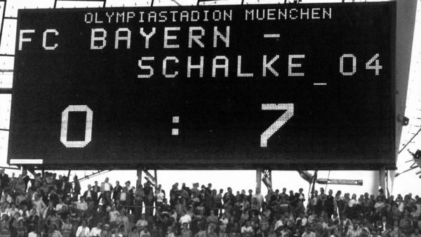 Oktober 1976: Eine Tafel zeigt das Ergebnis des Spiels Bayern gegen Schalke - eine 0:7 Niederlage für die Bayern.