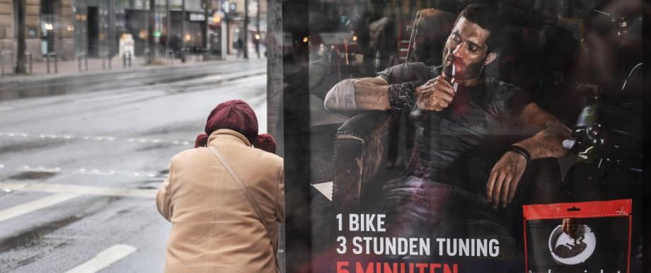 Besuch in Aachen Dieses Bild zeigt eine ältere Dame die an der Bushaltestelle Alter Posthof am