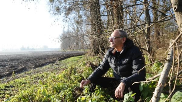 Matthias S. sitzt am Feldmochinger See, wo er als Obdachloser gelebt hat.