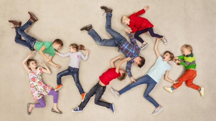 School kids fight each other model released Symbolfoto PUBLICATIONxINxGERxSUIxAUTxHUNxONLY BAEF00092