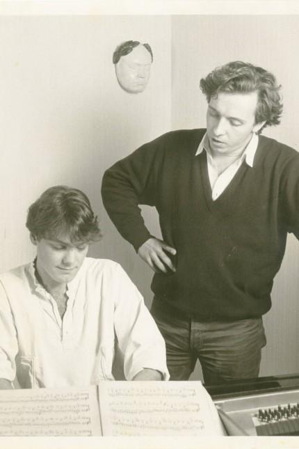 Gespräch: Kennen sich seit Jugendtagen: Der Bariton Christian Gerhaher und der Pianist Gerold Huber stammen beide aus Straubing. Ihr damaliger Musiklehrer Winfried Spranger hat die beiden 17-jährig beim üben fotografiert.