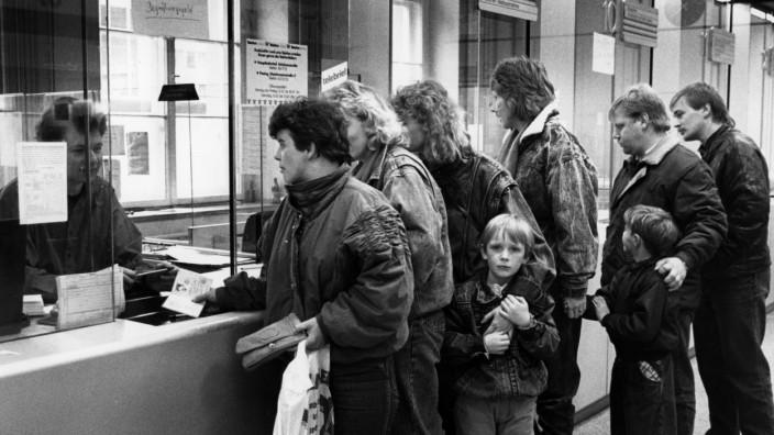 DDR-Bürger erhalten Begrüßungsgeld in München, 1989