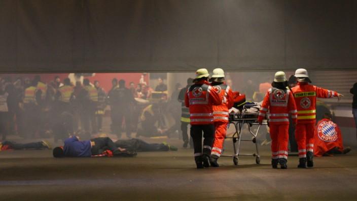 2000 Polizisten, Feuerwehrleute, Rettungskräfte und Statisten üben den Einsatz bei Katastrophenalarm  in der Fröttmaninger Arena und am Arabellapark.