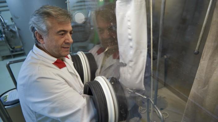 Ismail Zöybek, FRM II, befüllt Filterbeutel